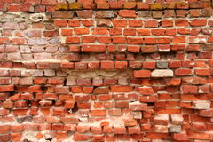 粉碎的红砖墙壁 免版税库存图片