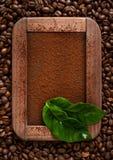 粉笔板用碾碎的咖啡和咖啡粒在葡萄酒样式 免版税库存照片