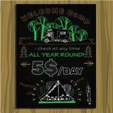 粉笔板邀请的在野营的假日 库存图片