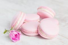 粉红彩笔蛋白杏仁饼干与上升了 库存照片