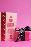 粉红色和红色手工制造汽车,有爱消息和圆点礼品的。 垂直。 免版税库存照片