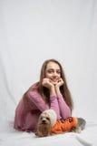 粉红色的十几岁的女孩与terier的约克夏 免版税库存照片