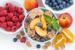 整粒剥落用新鲜水果和莓果,特写镜头,顶面v 免版税库存照片