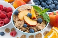 整粒剥落用新鲜水果和莓果,顶视图 库存图片