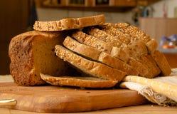 整粒面包用在木的麸皮 库存照片