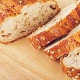 整粒面包用燕麦和坚果 免版税库存图片