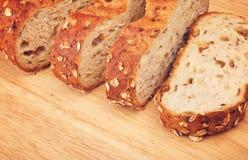 整粒面包用燕麦和坚果 免版税库存照片