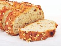 整粒面包用燕麦和坚果 免版税图库摄影