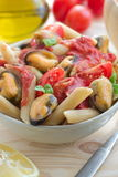 整粒面团用淡菜和西红柿酱 免版税库存照片