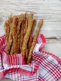 从整粒面粉的饮食面包棒在木背景 意大利grissini -健康快餐 免版税库存图片