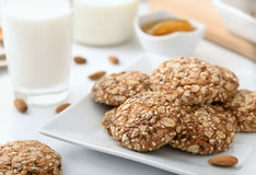 整粒饼干牛奶和杏仁 免版税库存照片