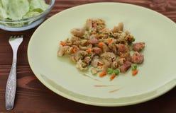 整粒rigatoni用绿豆和红萝卜和鸡sausa 免版税库存照片