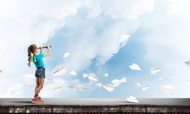 粗心大意的愉快的童年的概念与探索这个世界的女孩的 图库摄影