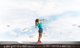 粗心大意的愉快的童年的概念与探索这个世界的女孩的 库存照片