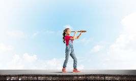 粗心大意的愉快的童年的概念与探索这个世界的女孩的 免版税库存图片