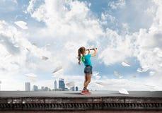 粗心大意的愉快的童年的概念与探索这个世界的女孩的 库存图片