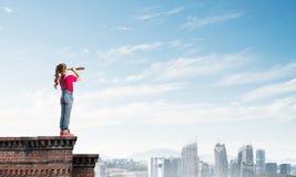 粗心大意的愉快的童年的概念与探索这个世界的女孩的 免版税图库摄影
