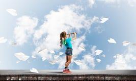 粗心大意的愉快的童年的概念与探索这个世界的女孩的 免版税库存照片
