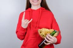 粗心大意的无忧无虑的青年年轻人概念 播种的特写镜头照片画象快乐高兴与牙在宽松衣裳微笑 免版税库存照片