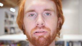 粗心大意的红头发人人的慢动作有移动的嘴唇的 影视素材