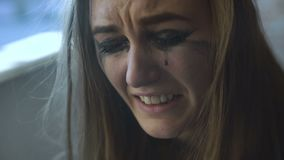 粗心大意的美丽的妇女特写镜头抽在哭泣的4K的一根香烟 股票视频