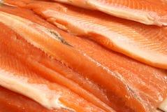 粗暴内圆角新鲜的被切的鳟鱼 库存图片