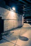 粗砂黑暗的城市高速公路桥梁街道地下过道在晚上 免版税库存图片