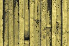 粗砺和生锈的波纹状的黄色灰色淡黄色铁金属s 免版税库存照片