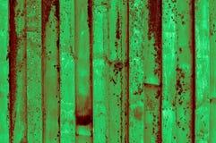 粗砺和生锈的轻的深绿带红色绿色波纹状的iro 图库摄影
