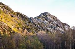 粗砺的山在秋天期间的挪威 免版税库存照片