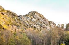 粗砺的山在秋天期间的挪威 免版税库存图片