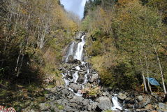 粗砺的山河瀑布 库存照片