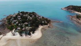 粗砺的岸的平房在海附近 位于粗砺的海岸的许多热带村庄在手段的镇静绿松石海附近 ?? 影视素材