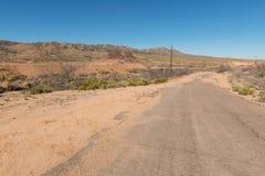 粗砺的沙漠路 库存照片