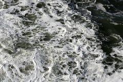 粗砺的泡沫似的海洋水 免版税库存照片