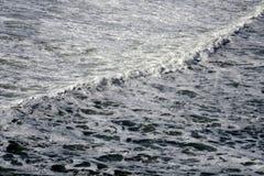 粗砺的白色海洋泡沫波浪 免版税图库摄影