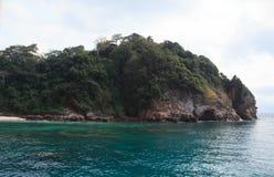 粗砺的石海岛 库存照片