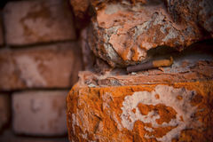 粗砺的砖墙和香烟 免版税库存照片