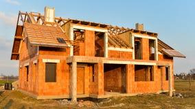 粗砺的砖瓦房房子建设中 免版税库存照片
