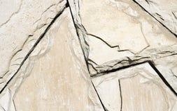 粗砺的米黄墙壁由几何石头做成 免版税库存照片