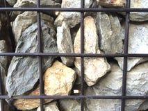 粗砺的花岗岩石墙 免版税库存照片