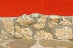 粗砺的被构造的灰浆与石墙和地板结合了 免版税库存照片