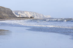 粗砺看见,并且白色挥动在福克斯通海滩 图库摄影