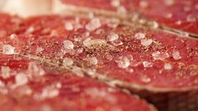 粗糙的海盐 厨师三文鱼去骨切片储蓄英尺长度食物 经验丰富的粗暴红色鱼的宏观射击 三利益  影视素材