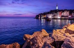 粗糙的石头看法和海在老海洋镇咆哮 免版税库存图片