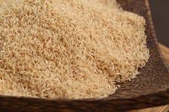 粗糙的米或半上白米背景,未煮过的未加工的谷物 免版税库存图片