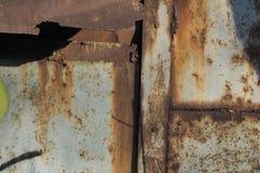 粗糙的金属表面抽象难看的东西纹理,报道用棕色铁锈的斑点 免版税库存照片