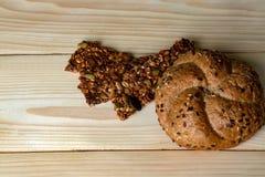 粗糙的面粉格兰诺拉麦片和小圆面包  免版税库存图片