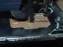 粗纸板使用一把电竖锯的被锯的PR 免版税库存图片