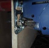 粗纸板使用一把电竖锯的被锯的PR 免版税库存照片